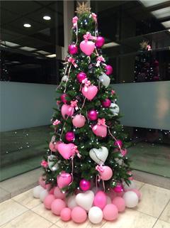ピンクが目立つクリスマスツリー