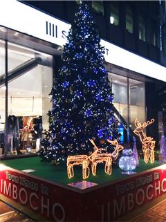 神保町の交差点のクリスマスツリー